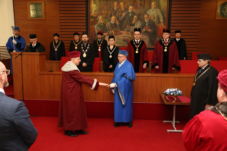 Rektor Alois Nečas skládá slavnostní inaugurační slib.