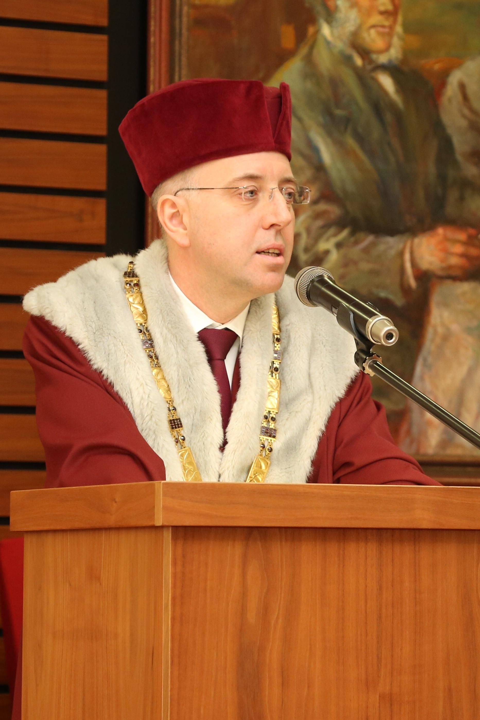 Rektor Nečas se ujímá slova a přednáší inaugurační proslov.